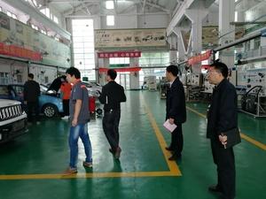 參觀汽車產業系實訓場地.jpg