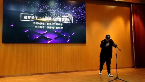 09梁曉宇同學自編的歌曲《追夢學子》引領新生筑夢啟航.jpg
