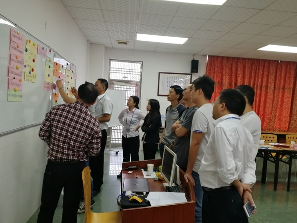 机电一体化专业老师与专家在讨论.jpg